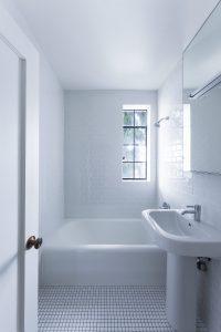 The Envoy. Bathroom